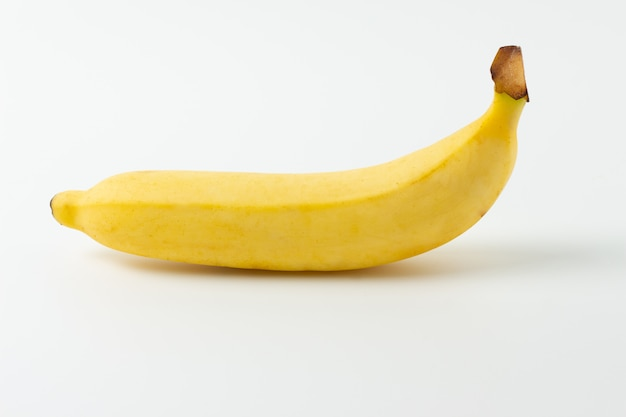Plátano maduro aislado sobre fondo blanco