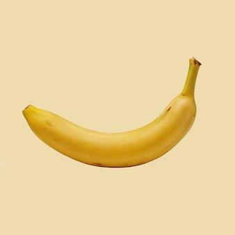Plátano maduro sobre un fondo coloreado