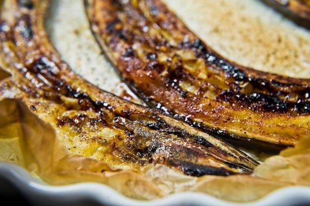Plátanos al horno con miel en un plato para hornear.