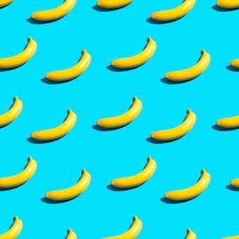 Plátanos amarillos brillantes sobre un fondo azul. patrón sin costuras.