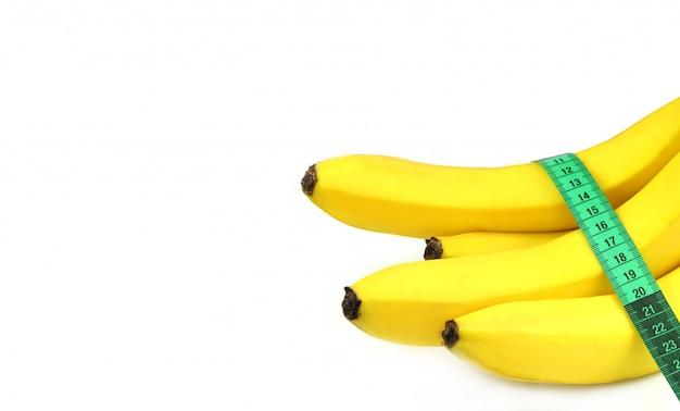 Plátanos maduros con una cinta métrica