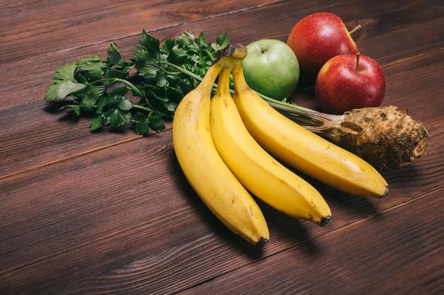 Plátanos, manzanas y apio.