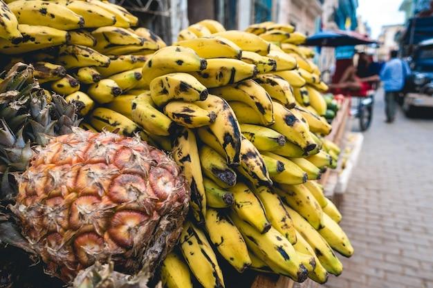 Plátanos tropicales y piñas en venta