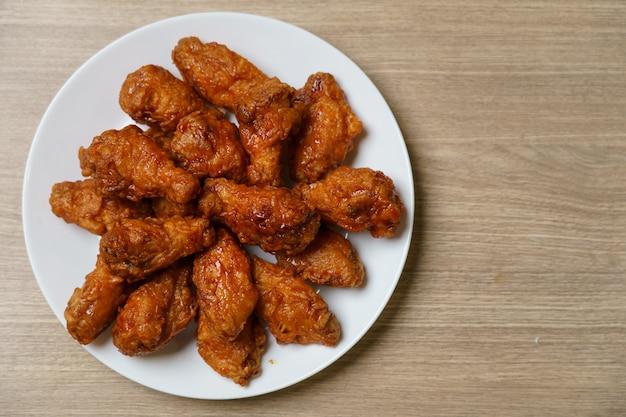 Plato de alitas de pollo fritas picantes