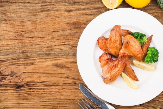 Un plato de alitas de pollo recién horneadas.