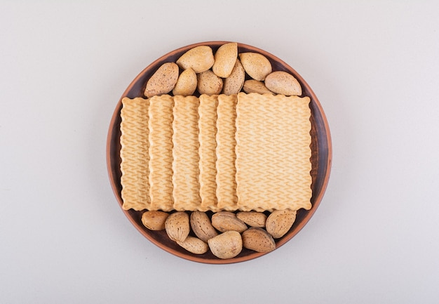 Plato de almendras y galletas orgánicas sin cáscara