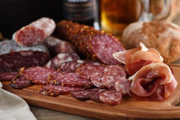 Plato de antipasti con bacon cecina salami crujientes grissini con queso