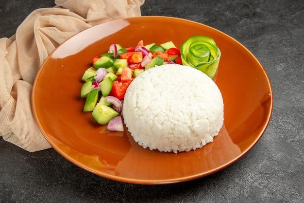 Plato de arroz casero y ensalada saludable
