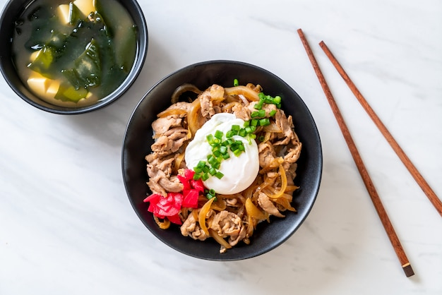 Plato de arroz con huevo de cerdo (donburi) - comida japonesa