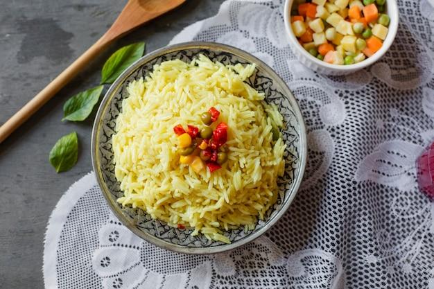 Plato de arroz indio laico plano