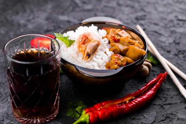 Plato de arroz y verduras con mariscos
