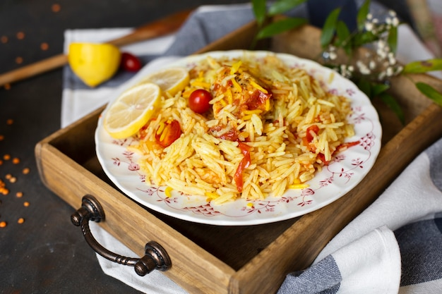 Plato asiático con arroz y salsa de tomate