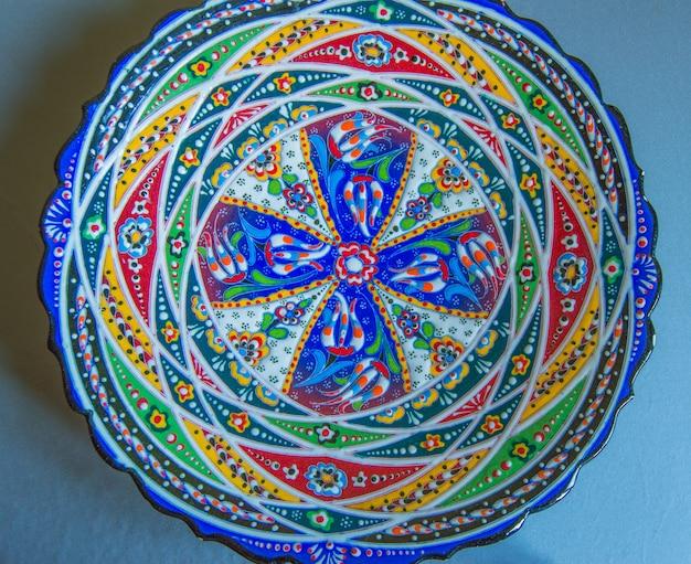 Plato autentico de ceramica con patron arabesque abstracto, mandala