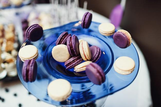 Plato azul con macarrones servido