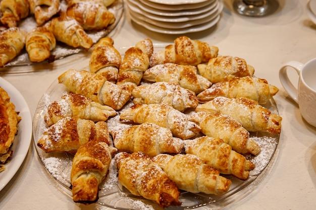 Plato con bagels para el té de la tarde.