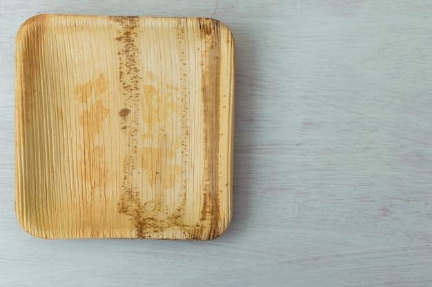 Plato de bambú. concepto de movimiento libre de plástico.