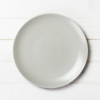 Plato blanco vacío en madera