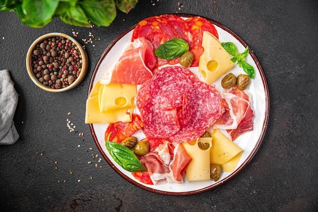 Plato de bocadillos carne salchicha queso jamón aceitunas porción fresca lista para comer aperitivo de comida