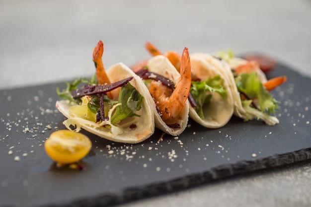 Plato de camarón de primer plano