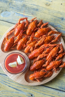 Plato de cangrejo de río hervido con salsa