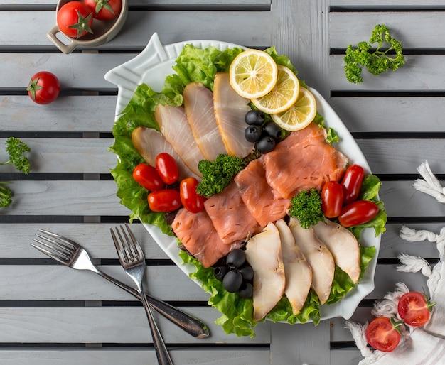 Plato de carne con aceitunas cornejo y rodajas de limón