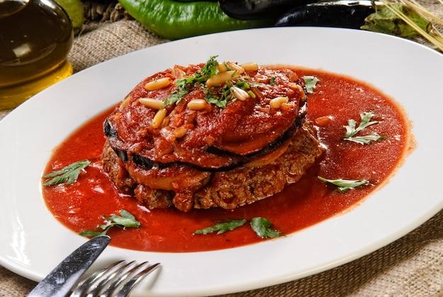 Plato de carne árabe en salsa de tomate