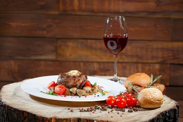 Plato de carne con champiñones.