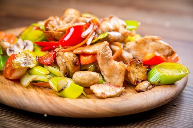 Plato con carne de conejo con verduras