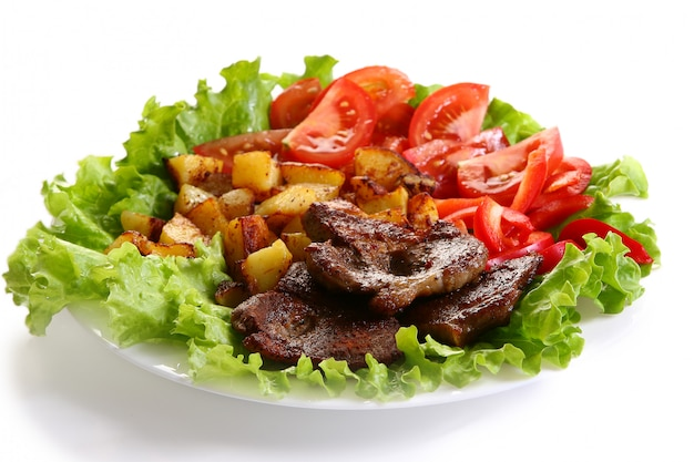 Plato de carne con papas y salsa