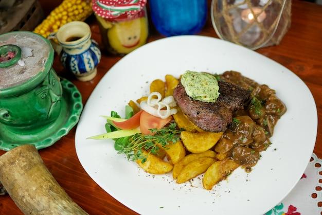 Plato de carne en un restaurante