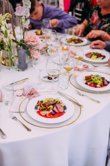 Plato de carne con verduras para la restauración. un montón de platos.