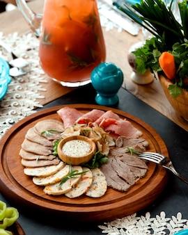 Plato de carpaccio de carne sobre la mesa