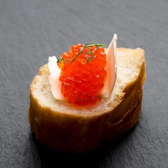 Plato de caviar rojo de alto ángulo