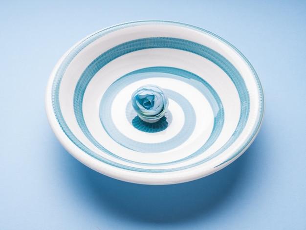 Plato de cerámica azul pastel con espiral