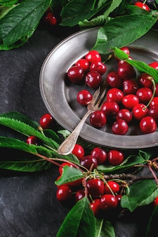 Plato de cerezas frescas