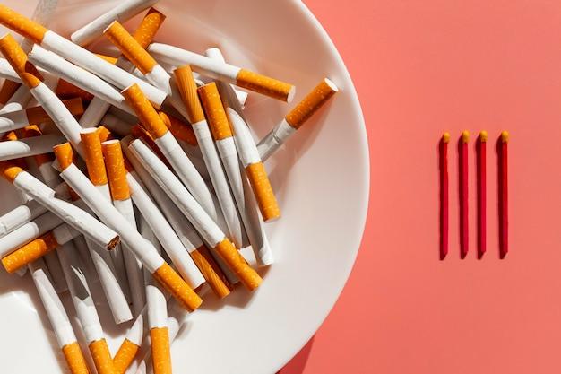 Plato con cigarrillos