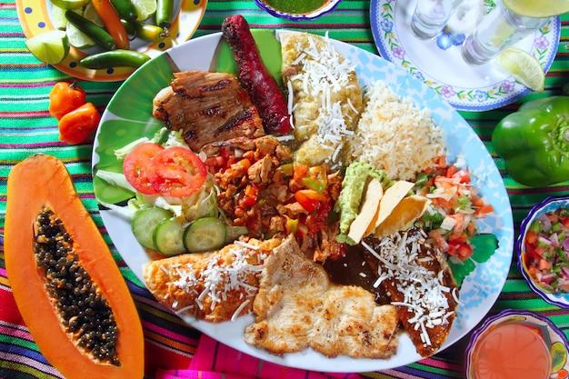 Plato de comida mexicana chili salsas papaya tequila