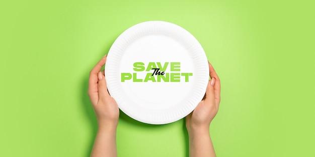Plato para comida. vida ecológica: las cosas recicladas orgánicas reemplazan a los polímeros, los plásticos análogos. estilo hogareño, productos naturales para reciclar y no dañinos para el medio ambiente y la salud.