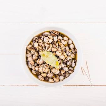 Plato con caracoles en el escritorio de la cocina