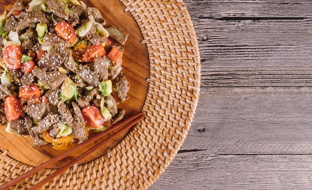 Plato coreano carne de res finamente cortada, con verduras. vista superior.