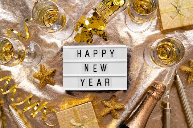 Plato de cotización feliz año nuevo con decoración dorada