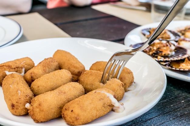 Plato de croquetas. aperitivo español de tapa