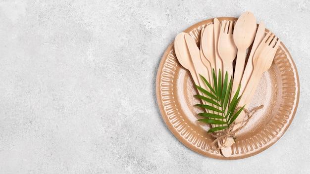Plato y cubiertos de papel desechables ecológicos