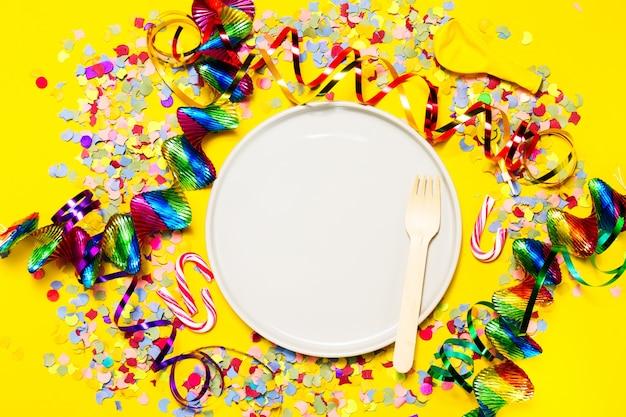 Plato con decoración de fiesta