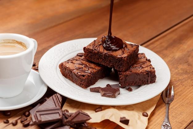 Plato con deliciosos brownies de chocolate