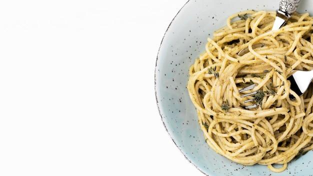 Plato con deliciosos espaguetis con espacio de copia