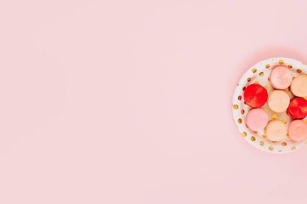 Plato con deliciosos macarons