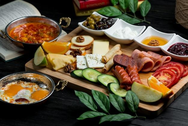 Plato de desayuno con combinación mixta de alimentos.