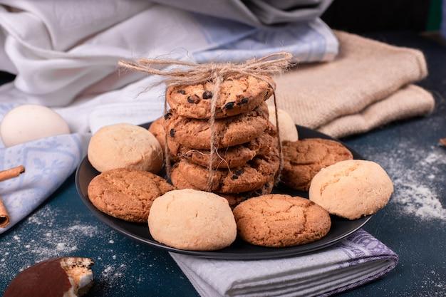 Plato de dulces y galletas en la mesa