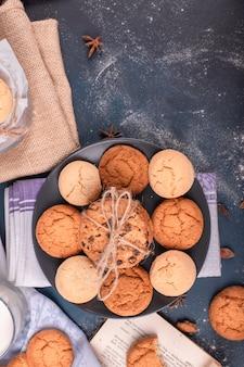 Plato con dulces y galletas